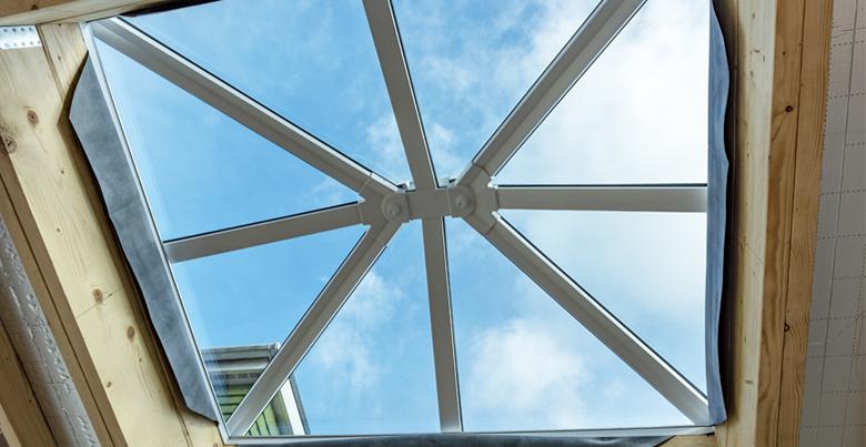 Lichtkoepels op een plat dak voor een natuurlijke lichtinval